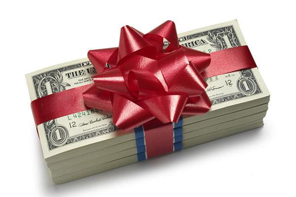 Сколько принято денег подарить на свадьбу: советы и оригинальные идеи преподнесения подарка