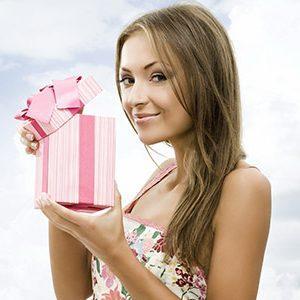 Беспроигрышные варианты подарков девушке на Новый год: оригинальные идеи