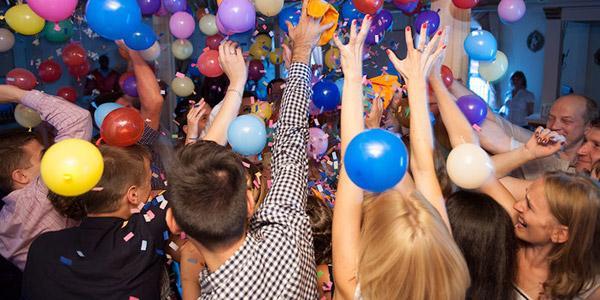 Все о сценках-поздравлениях на День рождения: сущность, виды, примеры детских и взрослых постановок