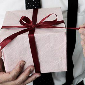 Выбираем, что подарить мужчине на День рождения: беспроигрышные варианты презентов на любой вкус