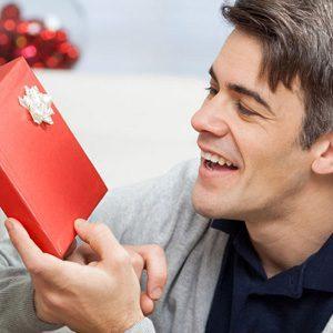 Что можно подарить мужу на День рождение: полезные идеи эмоциональных презентов