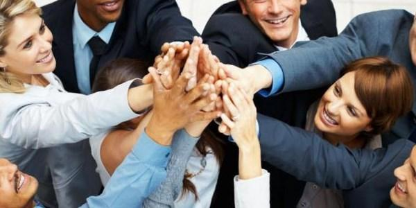 Прикольный и смешной сценарий новогоднего корпоратива: как повеселиться и вдохновить на эффективный труд