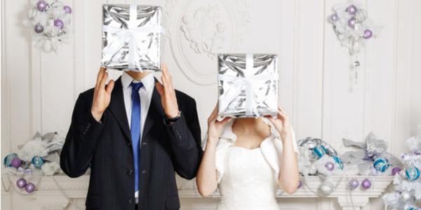 Правила этикета, советы и оригинальные идеи по вручению подарков на свадьбу