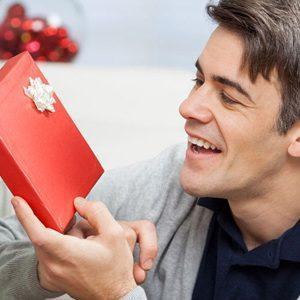 Оригинальные идеи подарка мужу на День рождения: учитываем возраст, характер и хобби